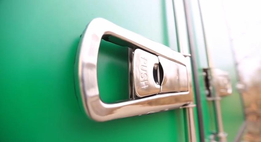 задние дверы фургона